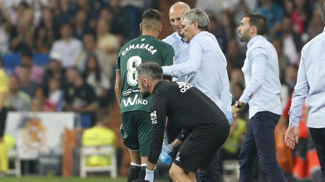 Camarasa se retira del césped del Bernabéu tras lesionarse.