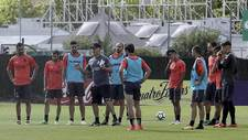 Luis César Sampedro, rodeado por sus jugadores durante un...