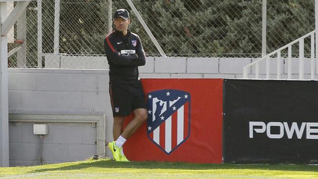 Simeone, pensativo en el entrenamiento del Atlético en Majadahonda.