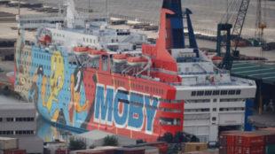 La Policía Nacional duerme en Barcelona en un crucero con dibujos de  Piolín y Silvestre