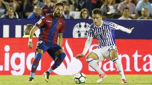 Gorosabel y Morales pugnan por un balón.