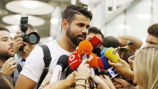 Diego Costa atiende a los medios tras llegar a Madrid.