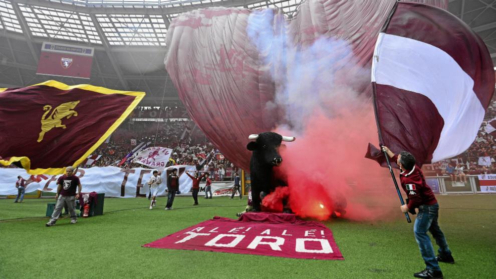 Hinchas del Torino antes de un derbi