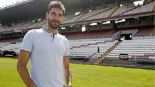David Cobeño posa para Marca en el césped de Vallecas