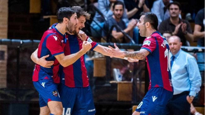 Los jugadores del Levante celebran uno de los goles ante el Aspil...