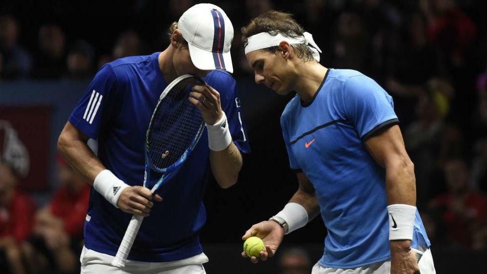 Nadal y Berdych cambian impresiones durante el partido.