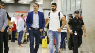 Diego Costa, acompañado de Caminero, a su llegada de Madrid