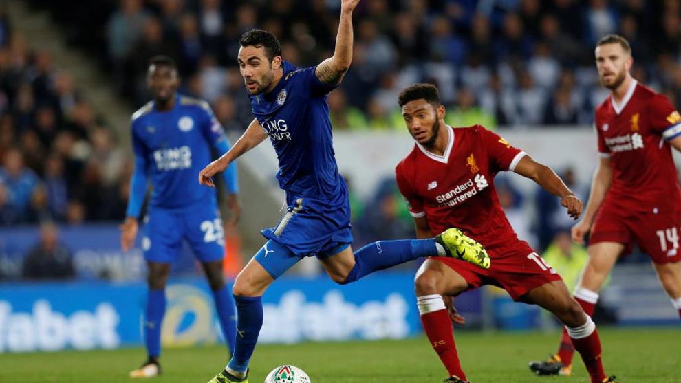 Vicente Iborra conduce el balón en un partido frente al Liverpool
