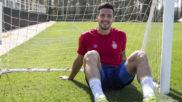 Adday Benitez posa sentado para Marca