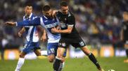 Iago Aspas pugna por el balón con David López
