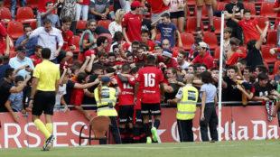 Los jugadores del Mallorca celebran un gol con su afici�n