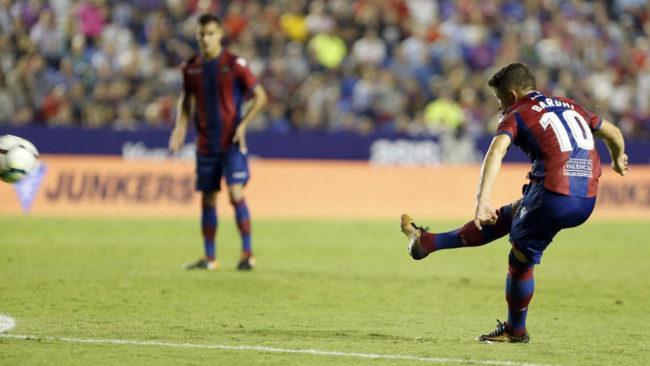Enis Bardhi golpea el balón en un partido frente a la Real Sociedad