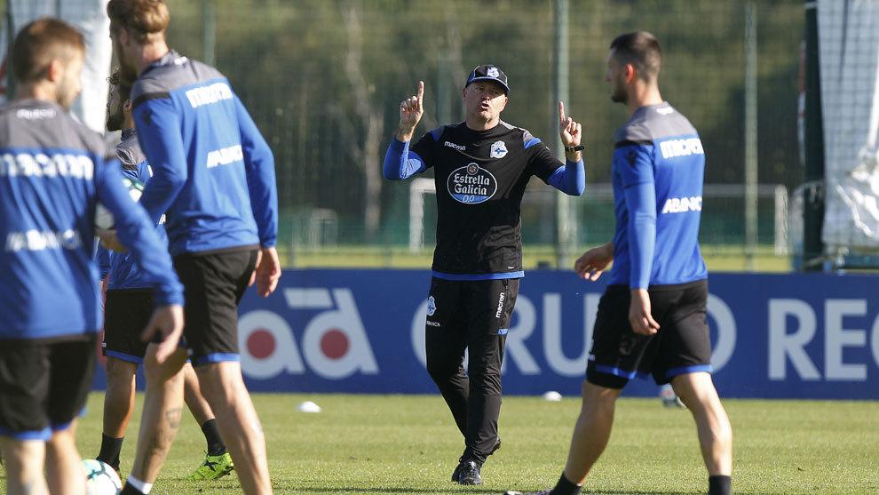 Pepe Mel dirige un entrenamiento del Deportivo.