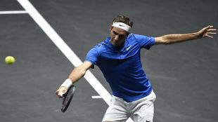 Roger Federer devuelve una pelota.