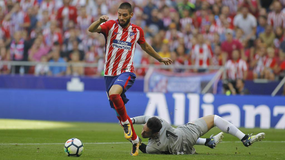 Carrasco se escapa de Rico en su gol.