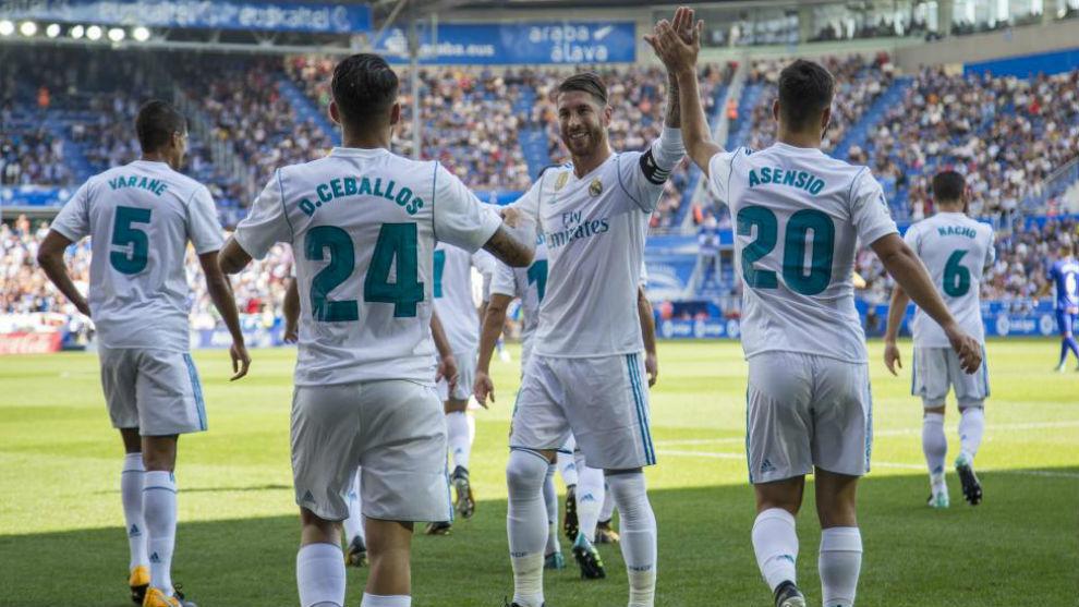 Los jugadores del Madrid celebran el gol de Ceballos en Vitoria