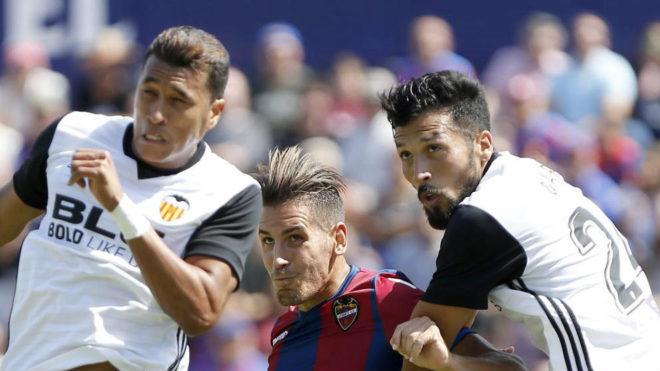 Murillo y Garay defienden un balón en el derbi en el estadio Ciutat...