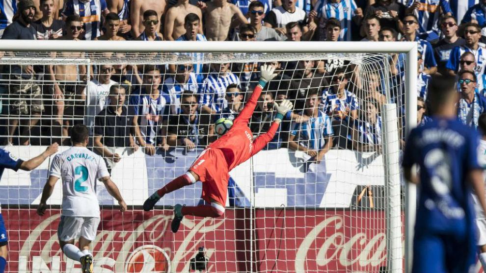 El balón entra en la portería del Real Madrid.