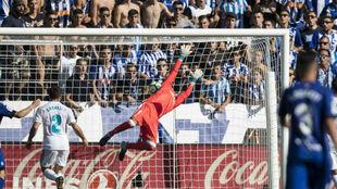 El bal�n entra en la porter�a del Real Madrid.