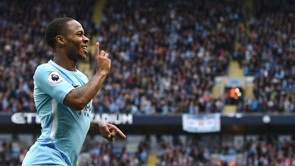 Raheem Sterling (22) celebra uno de sus goles al Crystal Palace