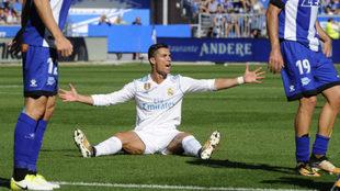 Cristiano Ronaldo protesta una decisi�n del colegiado este s�bado en...