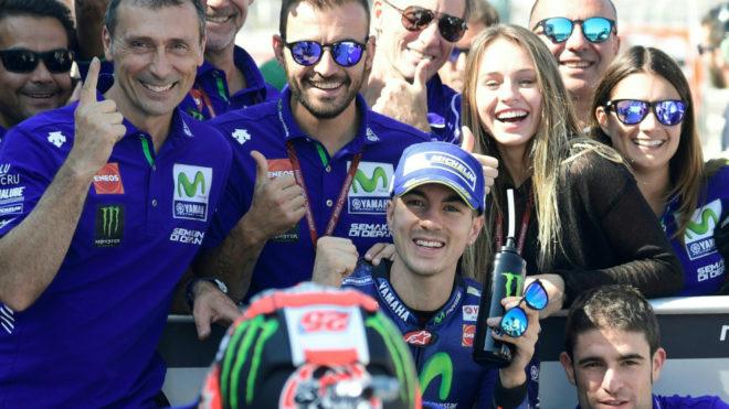 Vi�ales celebra la pole con su equipo.