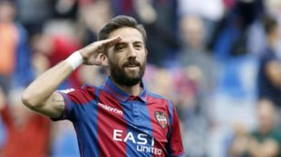 José Luis Morales hace su clásico saludo tras marcar un tanto con el...