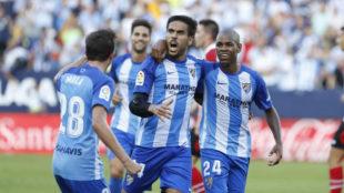 Los jugadores del Málaga celebran el primer tanto del partido.
