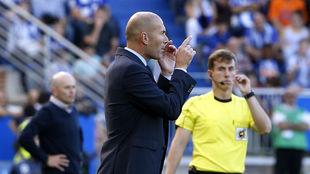 Zidane, dand instrucciones ante el Alavés