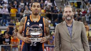 Erick Green, recibe el trofeo MVP de Movistar.