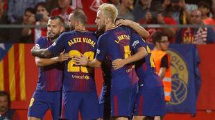 Los jugadores del Barcelona celebran uno de los tantos del partido...