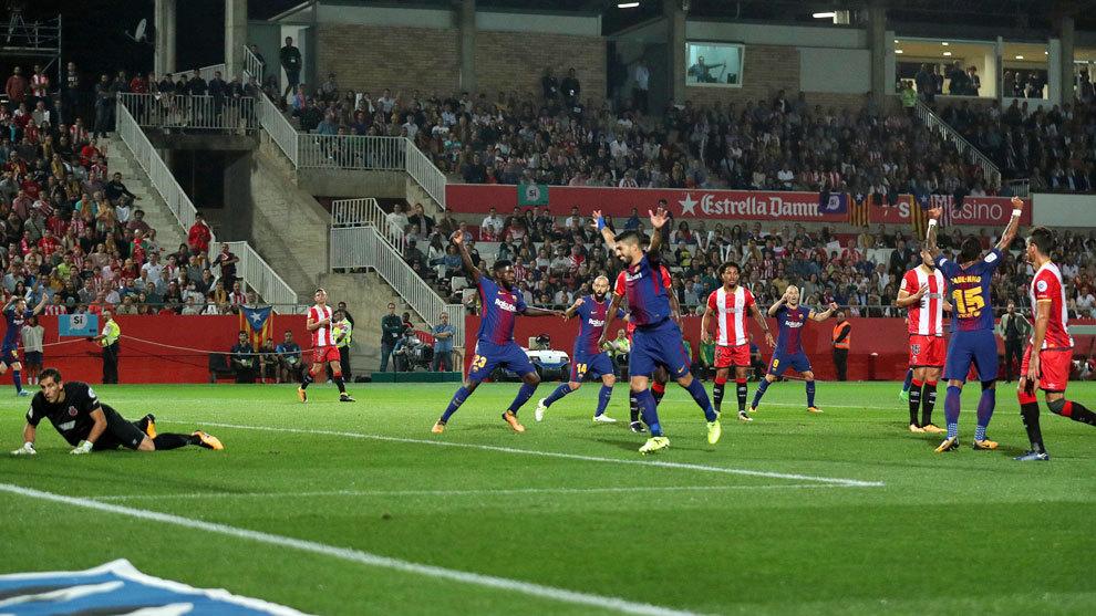 Los jugadores del Barcelona celebran el autogol de Aday