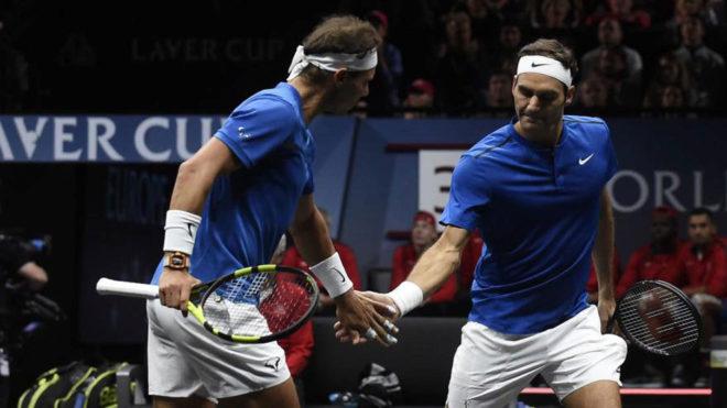 Nadal y Federer celebrando la victoria en la Copa Laver.
