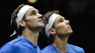 Federer y Nadal miran el 'ojo de halcón'