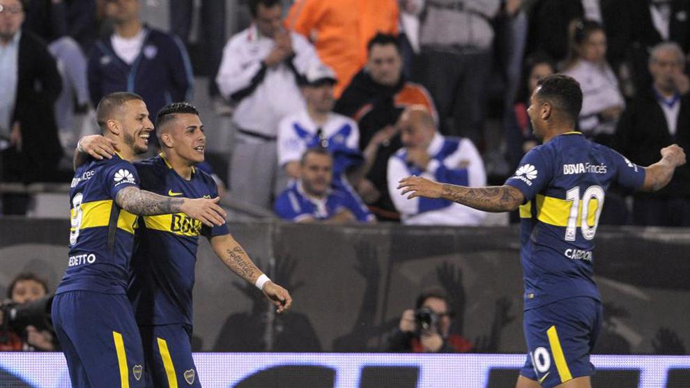 Benedetto (27) celebra con sus compañeros tras anotar el segundo gol...