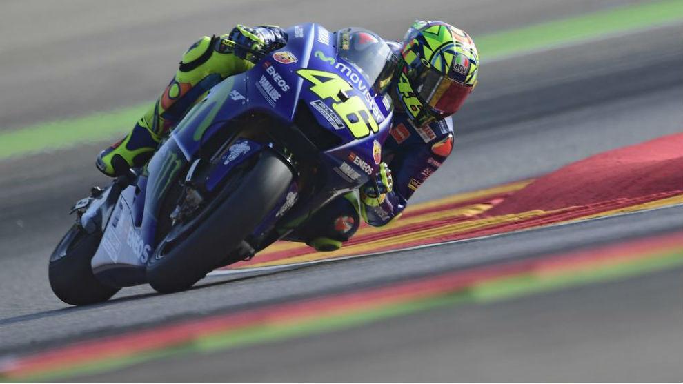 Rossi, casi horizontal, en el circuito de MotorLand Aragón