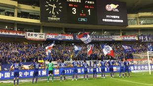 Los futbolistas del Shanghái Shenhua festejan el triunfo frente a su...