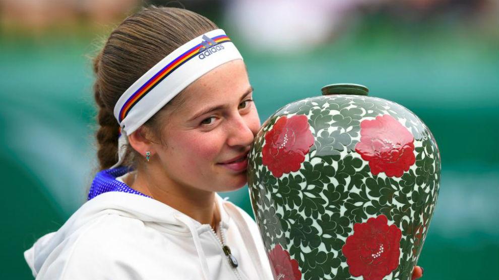 Ostapenko besa el trofeo