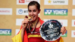 Carolina Marín mordiendo la medalla de oro del Superseries de Japón.