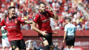 Los jugadores del Mallorca celebran un gol ante el Llagostera
