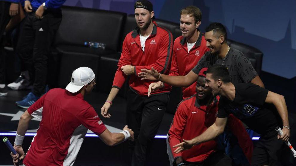 Isner choca la mano con su equipo