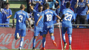 Los jugadores del Getafe celebran el primer tanto de Ángel.