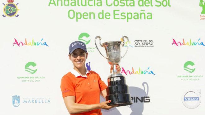 Azahara Muñoz posando con el trofeo.