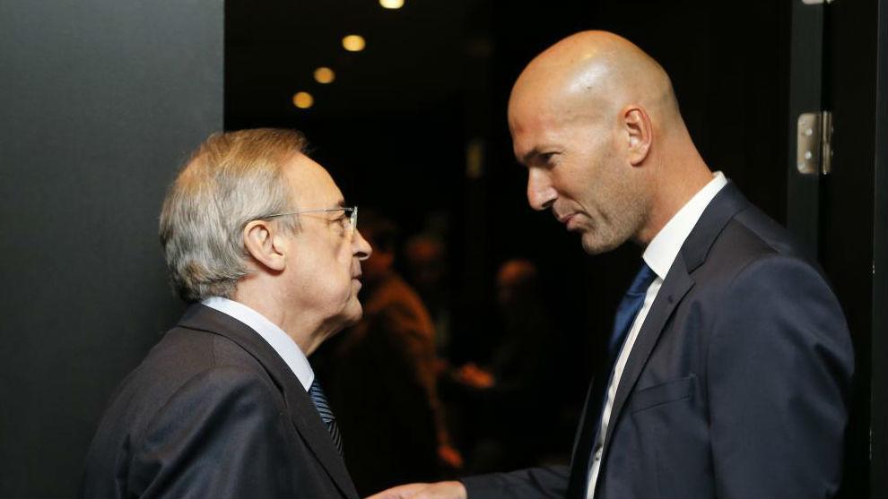 Zidane y Florentino charlan durante un acto.