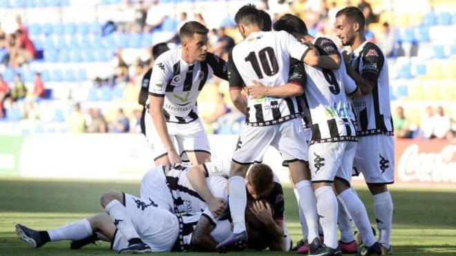 Los jugadores del Badajoz celebran el gol anotado ante el UCAM