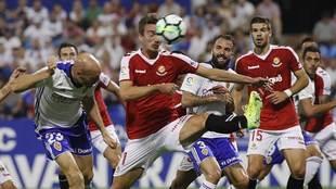 Toquero remata de cabeza delante de Barreiro en el gol que abría el...