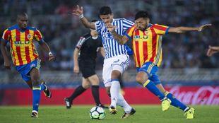 Balón disputado entre Willian y Garay