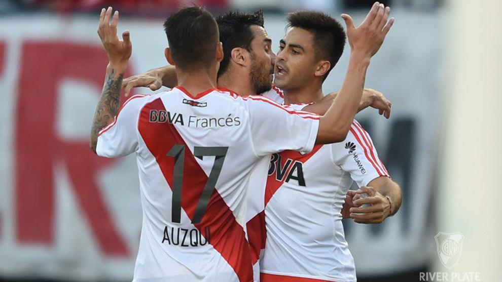 Gonzalo Martínez (derecha) celebra con sus compañeros tras marcar...