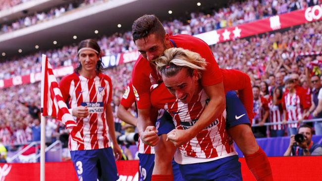Griezmann y Koke celebran el segundo gol ante el Sevilla