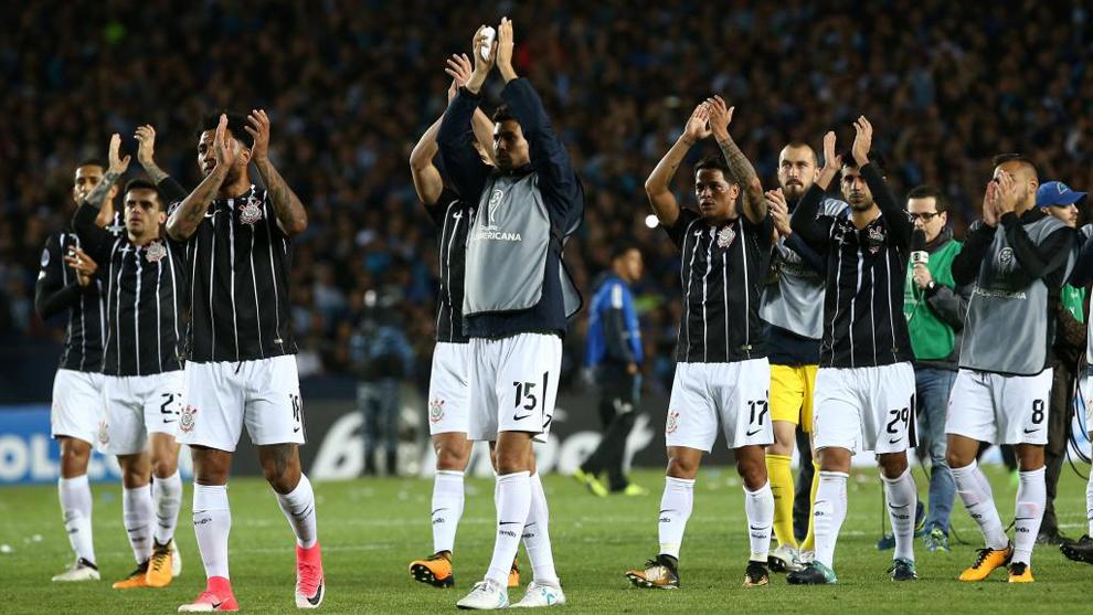 Los jugadores del Corinthians aplauden al público en el partido...